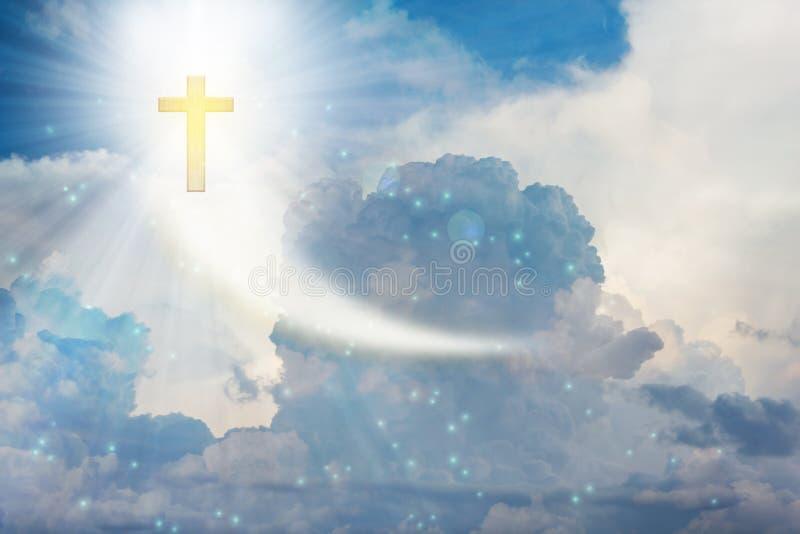 Crucifix ou croix sur le ciel nuageux de ciel avec la fusée de lentille photographie stock