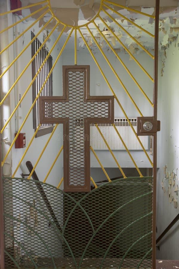 Crucifix sur la porte d'église de prison photos stock
