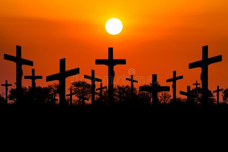 Crucifixión de la puesta del sol stock de ilustración