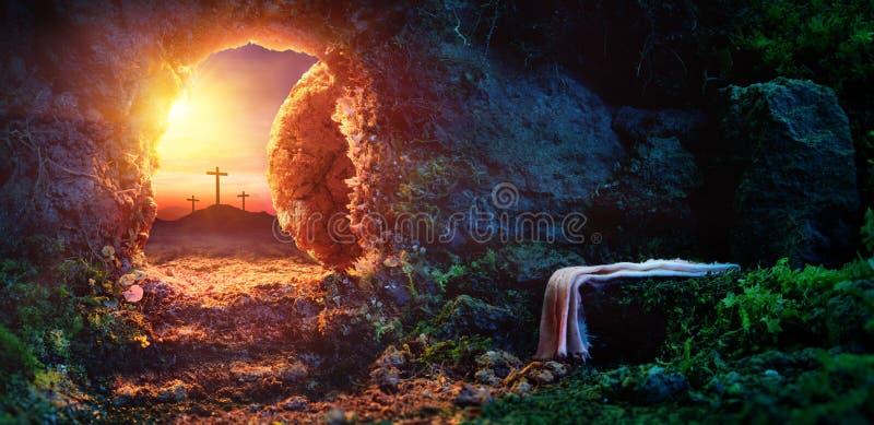 Crucifixión en la salida del sol - tumba vacía con la cubierta