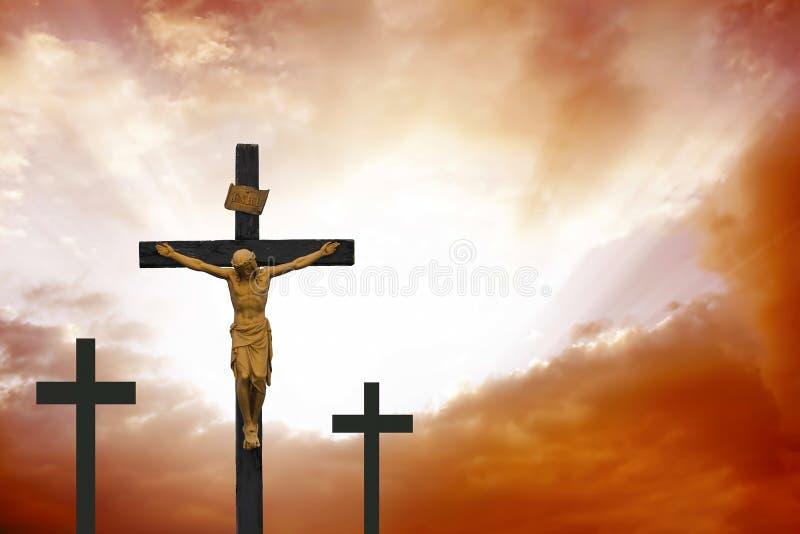 crucifixion Incrocio cristiano su cloudscape rosso drammatico fotografia stock libera da diritti