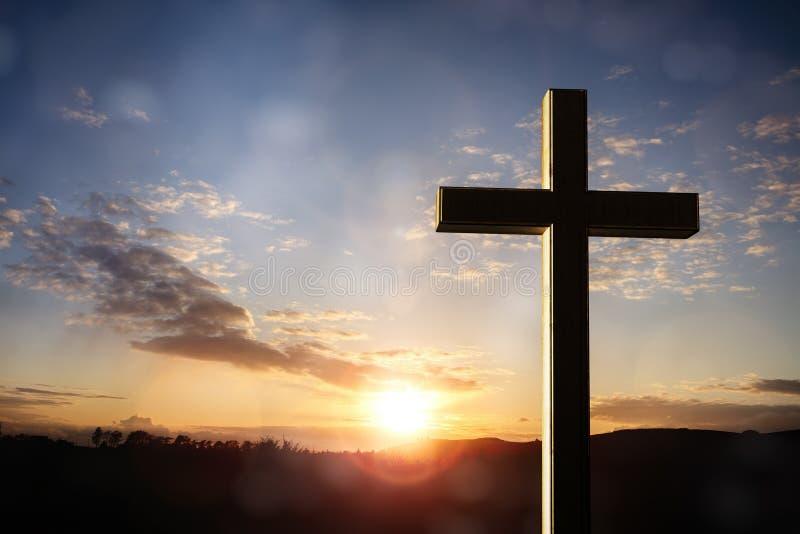 Crucifixo cruz no fundo do pôr do sol, crucificação de Jesus Cristo imagens de stock
