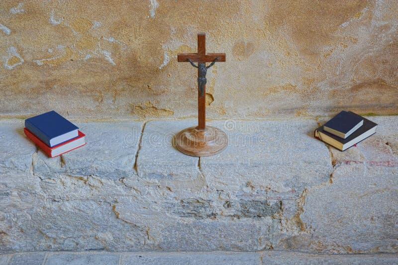 Crucifixo de madeira icônico com os livros da Bíblia & do hino fotos de stock royalty free