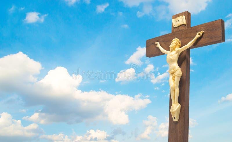 Crucifixo de madeira o corpo de Cristo na cruz no cl do céu azul imagens de stock royalty free