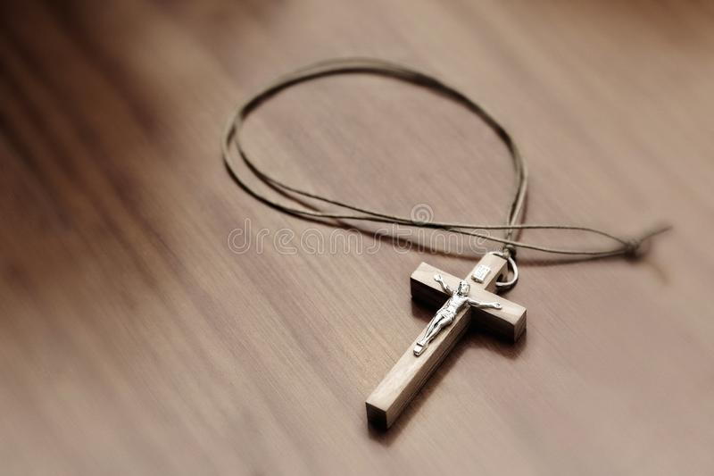 Crucifixo em uma tabela de madeira imagens de stock royalty free