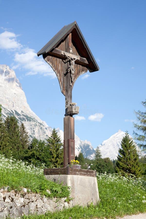 Crucifixo nas montanhas em Cortina d'Ampezzo fotos de stock royalty free