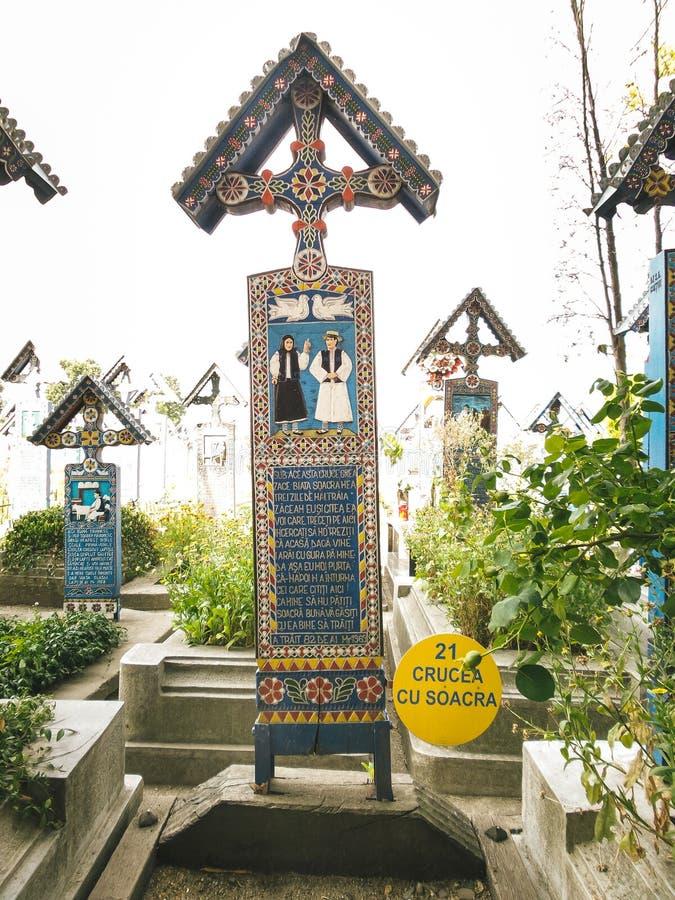 Crucifixo no cemitério alegre do vesel do cimitirul em Sapanta, Maramures foto de stock