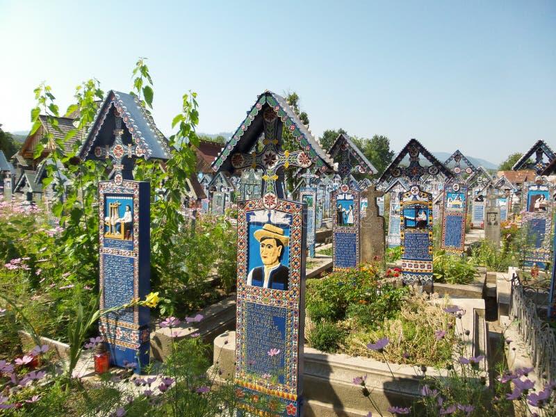 Crucifixo no cemitério alegre do vesel do cimitirul em Sapanta, Maramures foto de stock royalty free