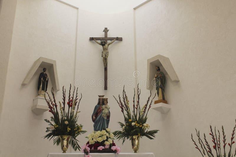 Crucifixo, Virgem Maria com criança Jesus e dois Saint fotos de stock