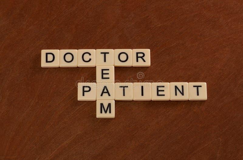 Crucigrama con las palabras doctor, paciente, equipo Atención sanitaria co fotos de archivo