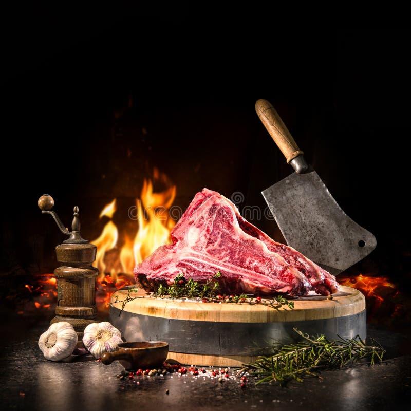 Crudo asciughi le bistecche di bistecca con l'osso invecchiate per la griglia fotografie stock libere da diritti