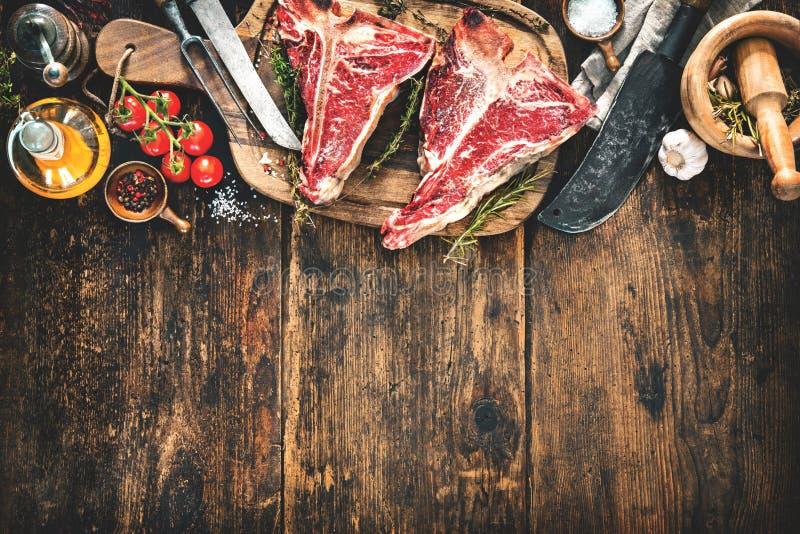 Crudo asciughi le bistecche di bistecca con l'osso invecchiate per la griglia immagine stock libera da diritti