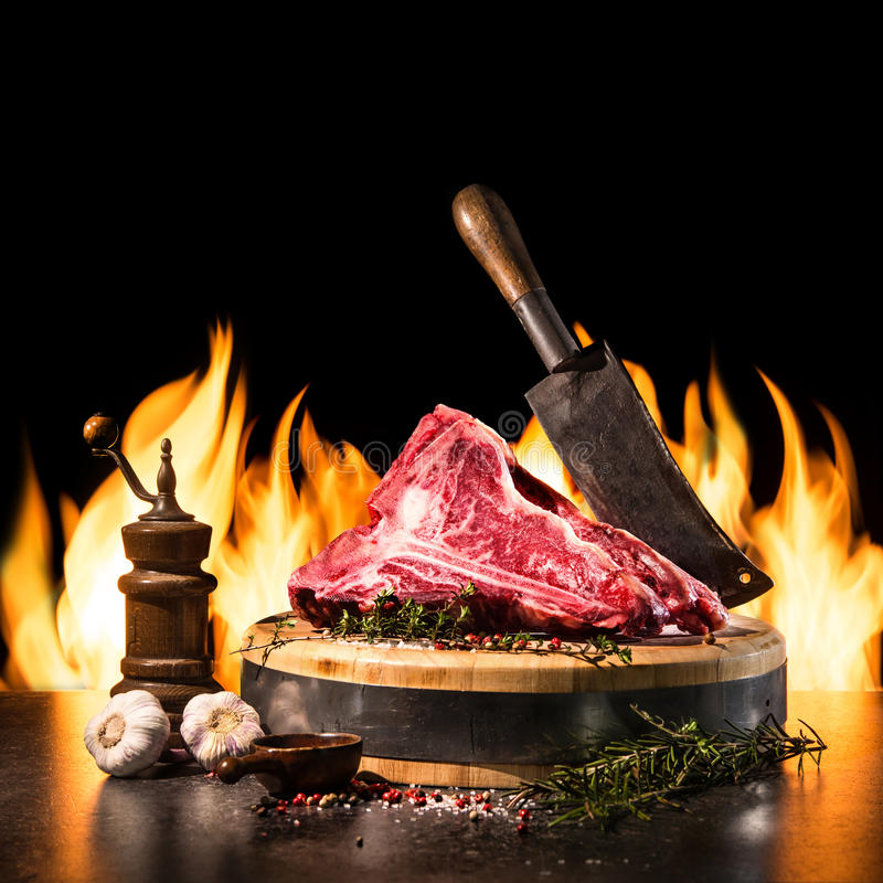 Crudo asciughi le bistecche di bistecca con l'osso invecchiate per la griglia fotografia stock