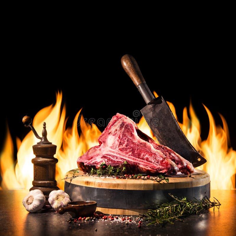 Crudo asciughi le bistecche di bistecca con l'osso invecchiate per la griglia immagini stock