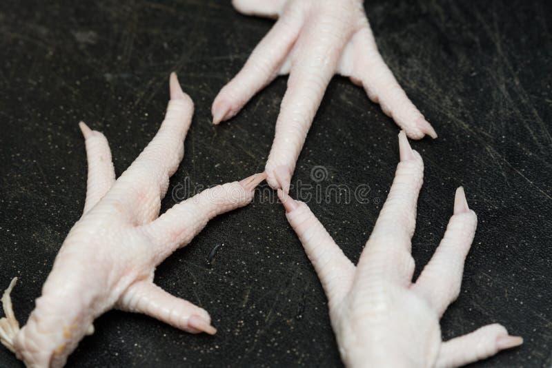 Crudo de los pies del pollo limpiado con los dedos del pie fotografía de archivo libre de regalías