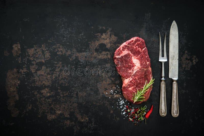 Crudo seque el filete envejecido del ribeye de la carne de vaca fotos de archivo libres de regalías