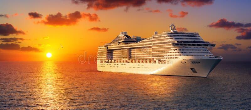 Cruise bij Zonsondergang in Oceaan stock fotografie