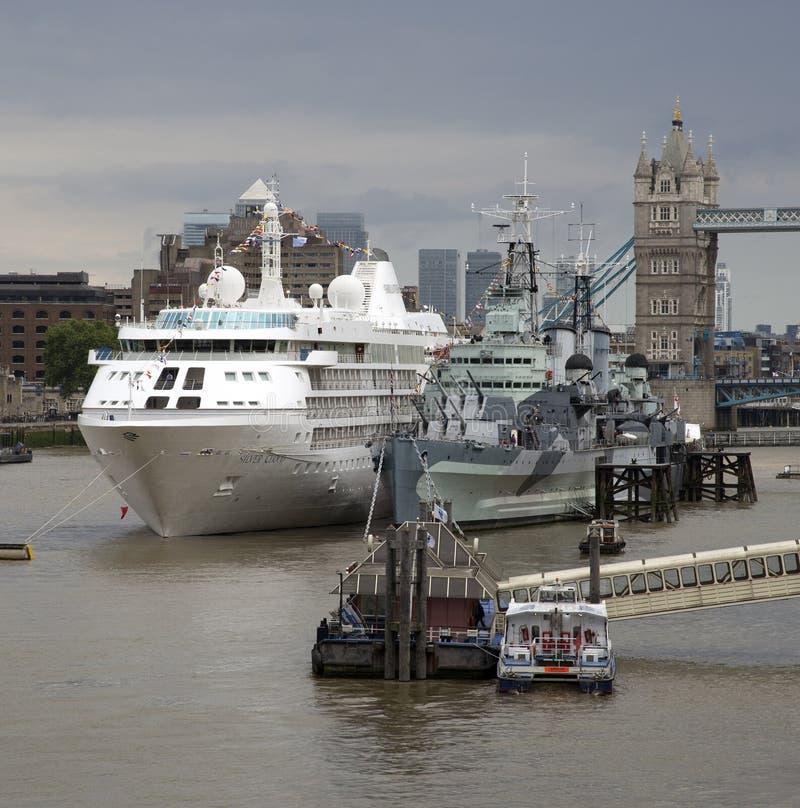 Cruise en historische oorlogsschiprivier Theems Londen het UK stock foto