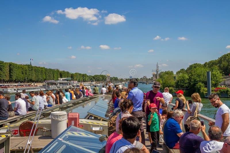 Cruise op de rivierzegen in Parijs Frankrijk stock afbeeldingen