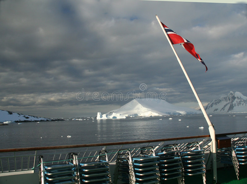 Download Cruise Ship And Flag Royalty Free Stock Images - Image: 2119879