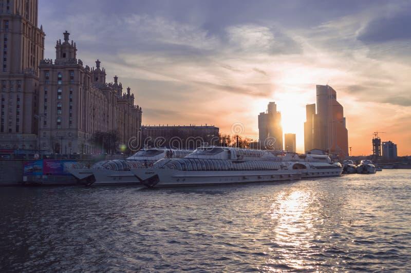 Cruiseagentschap Radisson koninklijk op Moskva-rivier stock fotografie