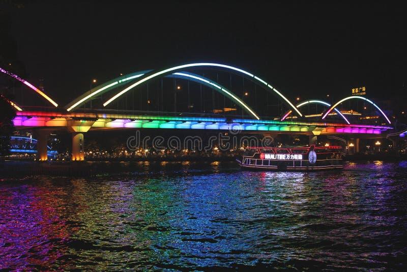 Cruiseboot bij de Parelrivier in 's nachts Guangzhou stock afbeeldingen