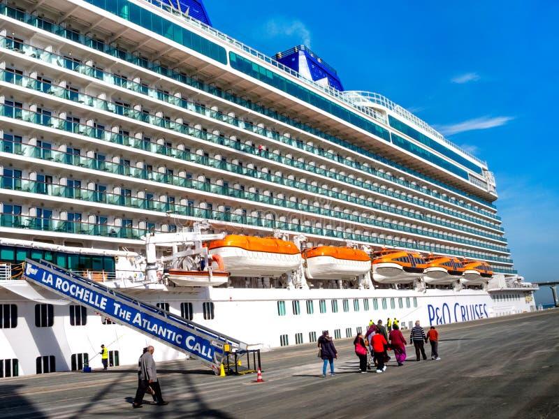 Cruiseboot Britannia bij de haven van La Rochelle, Frankrijk is geland dat stock foto