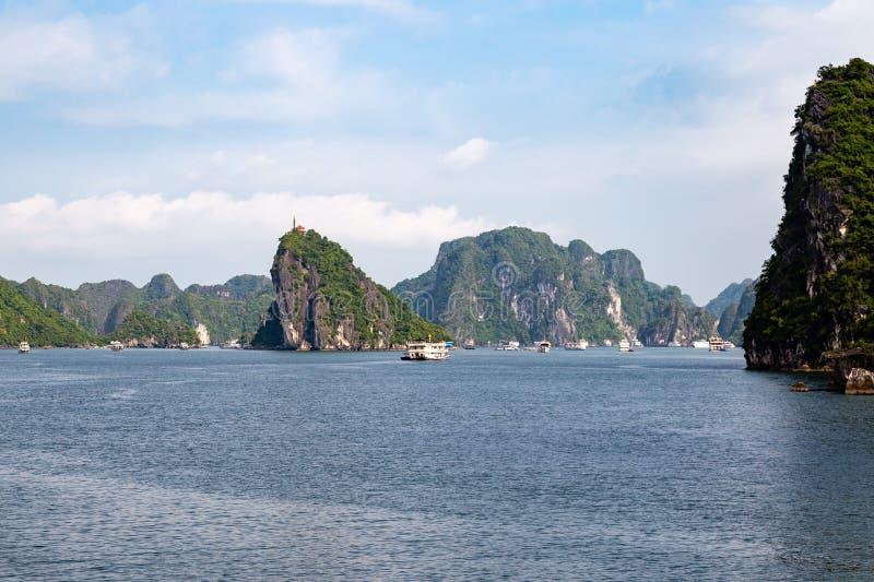 Cruiseboten die onder de karst vormingen in Halong-Baai, Vietnam, in de golf van Tonkin varen stock fotografie