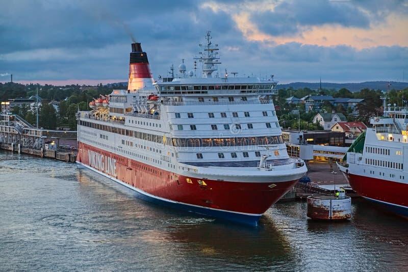 Cruiseferrylidstaten Gabriella van Viking Line in de haven van Mariehamn bij zonsondergang, Aland-Eilanden, Finland stock foto