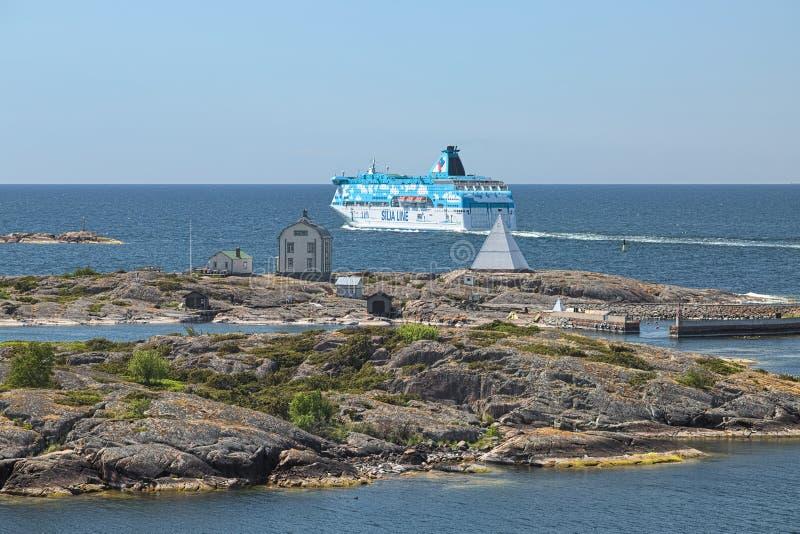 Cruiseferrylidstaten Galaxy gaan dicht bij Kobba Klintar skerry in Aland-archipel, Finland stock foto