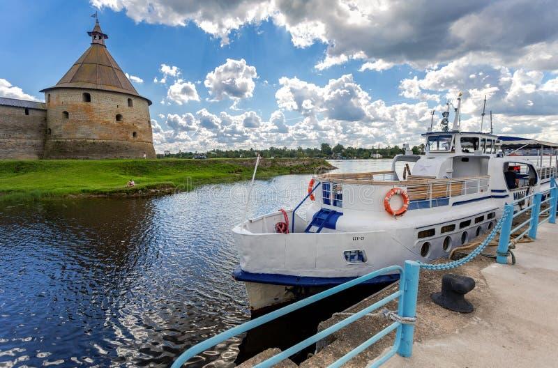 Cruisepassagiersschip bij de pijler op Neva-rivier royalty-vrije stock afbeelding