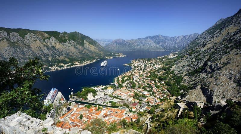 Cruiseschepen in de fjord stock foto
