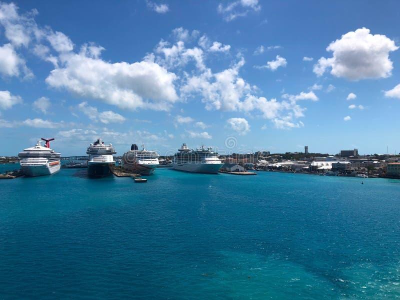 Cruiseschepen in haven Caraïbische nassau stock afbeeldingen