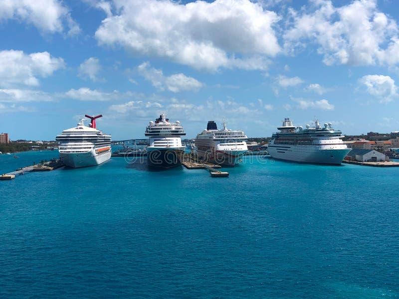 Cruiseschepen in haven Caraïbische nassau blauwe hemel met wolken stock foto