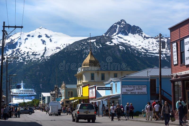 Cruiseschip bij de Zomer van Skagway Alaska Main Street stock fotografie