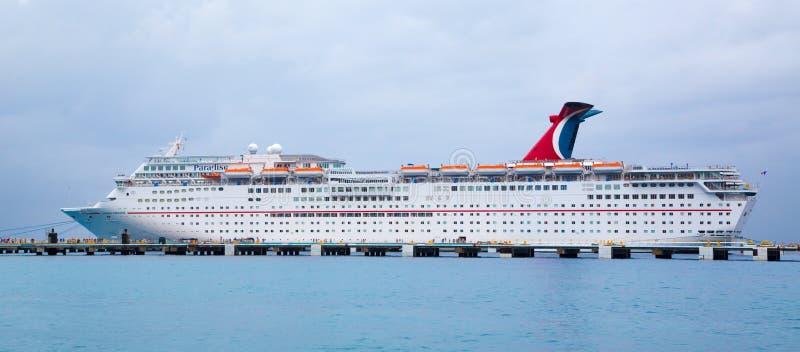 Cruiseschip bij het Dok wordt verankerd dat stock foto's