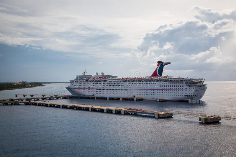 Cruiseschip bij het Dok wordt verankerd dat stock afbeelding