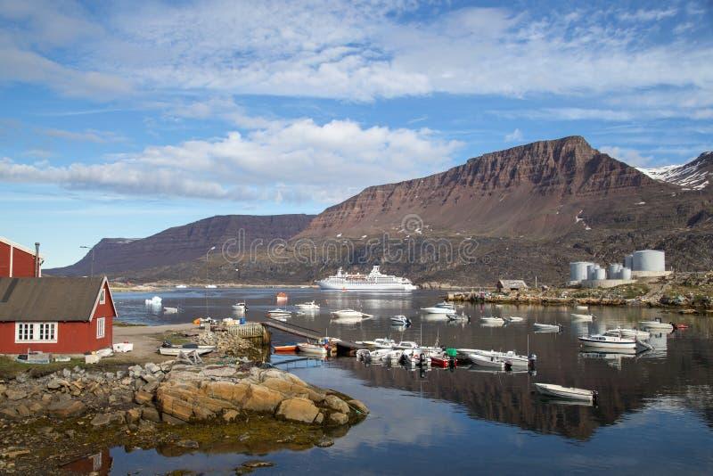 Cruiseschip bij Qeqertarsuaq-Haven, Groenland wordt verankerd dat royalty-vrije stock foto