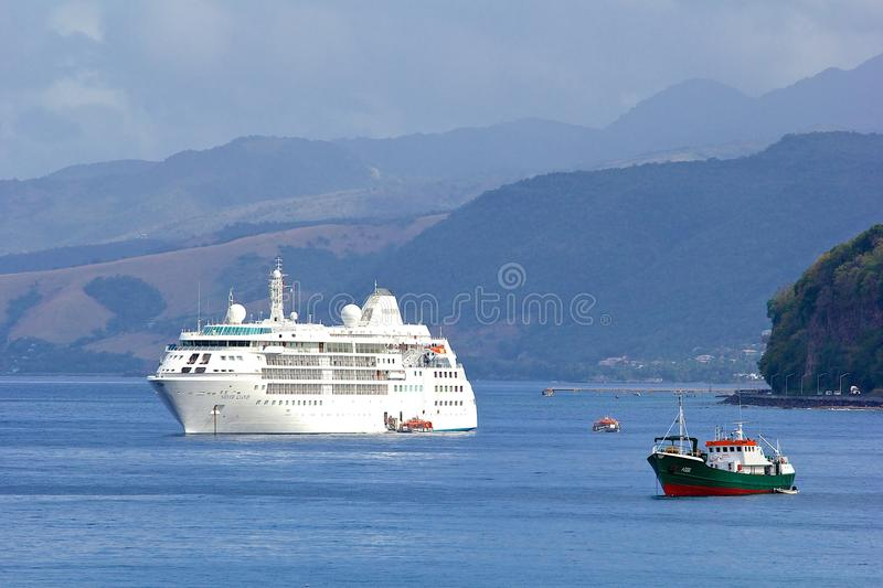 Cruiseschip in Caraïbisch Dominica, stock fotografie