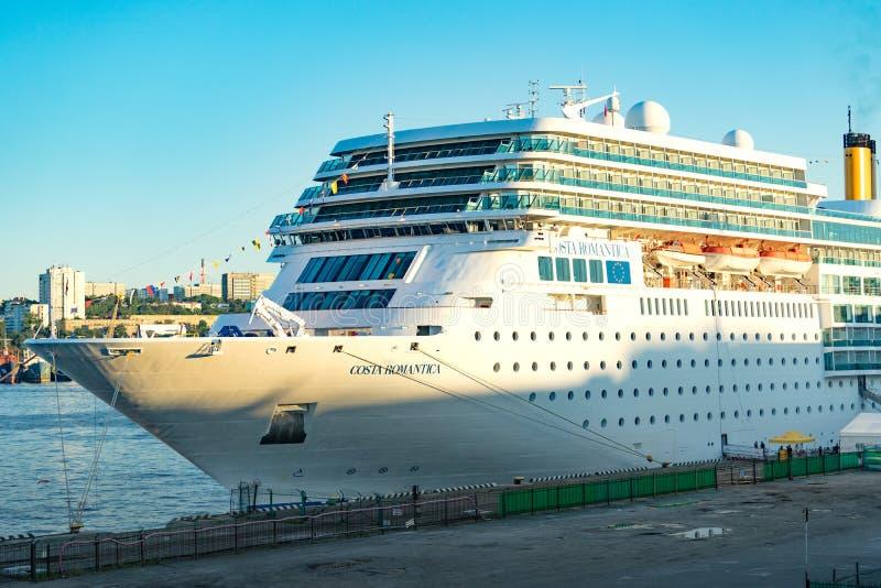 Cruiseschip Costa NeoRomantica voor de achtergrond van het overzees in de avond stock foto