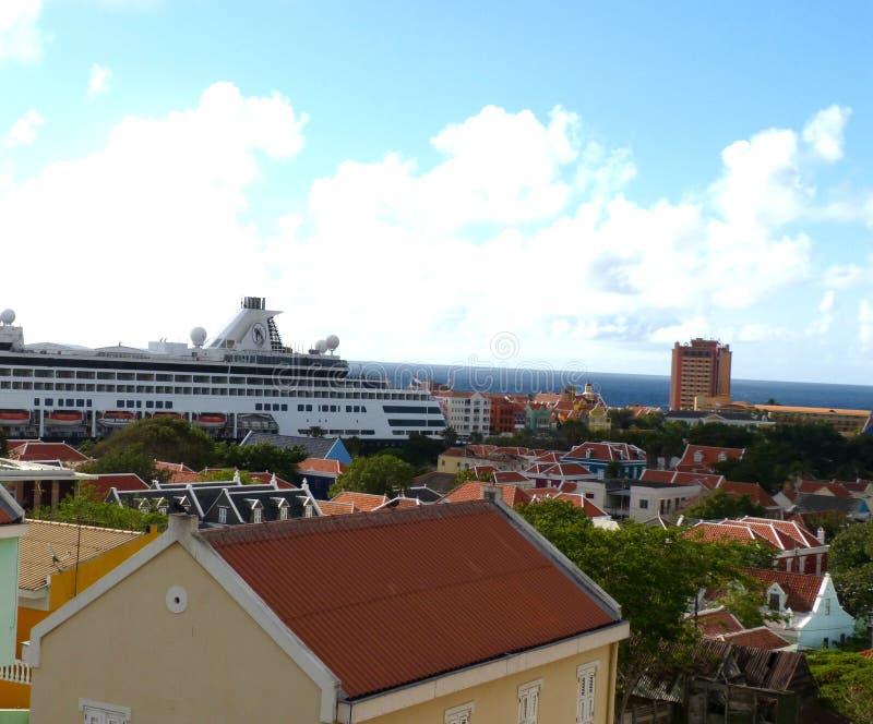 Cruiseschip in curacao royalty-vrije stock afbeelding