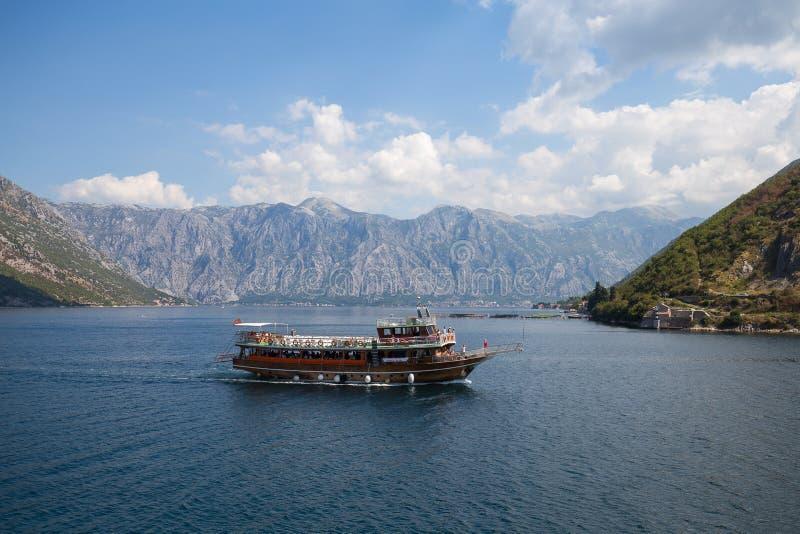 Cruiseschip in de Baai van Boka Kotorska montenegro stock foto