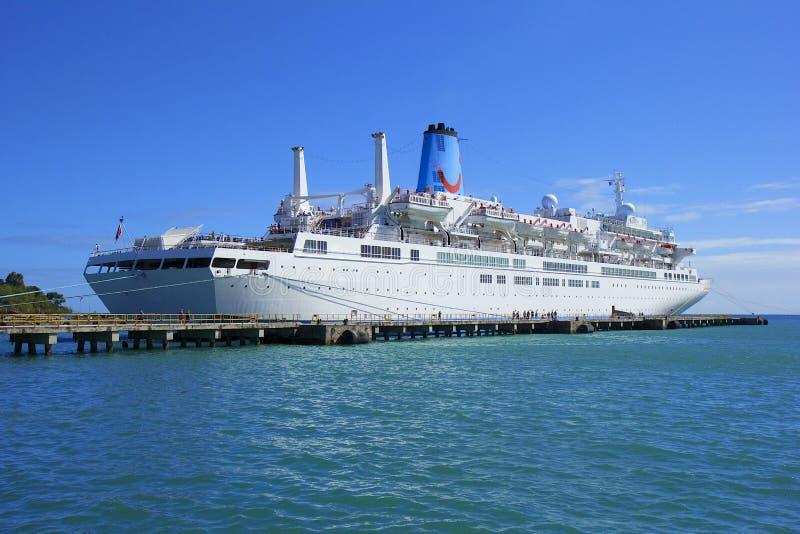 Cruiseschip in de Caraïbische haven van Tobago, stock afbeelding