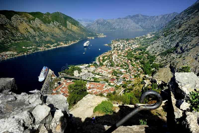 Cruiseschip in de fjord stock foto's
