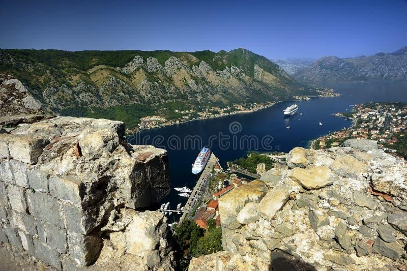 Cruiseschip in de fjord stock foto