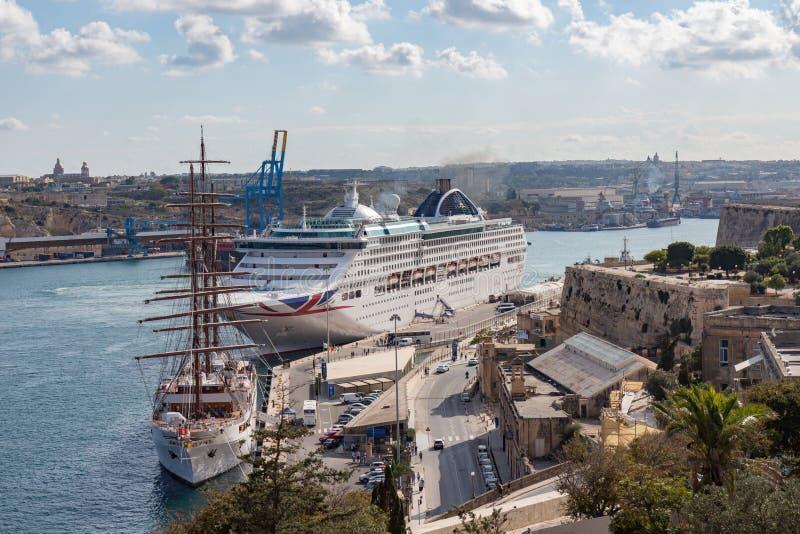 Cruiseschip in de haven van Malta stock afbeelding