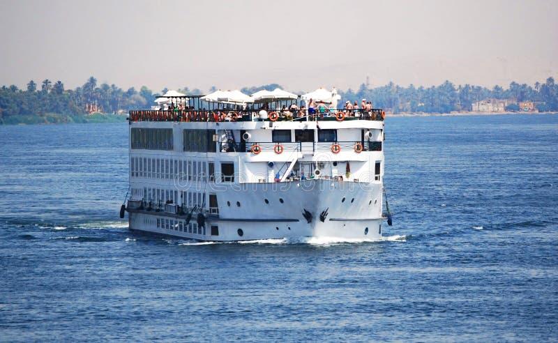 Cruiseschip in de rivier van Nijl stock afbeelding