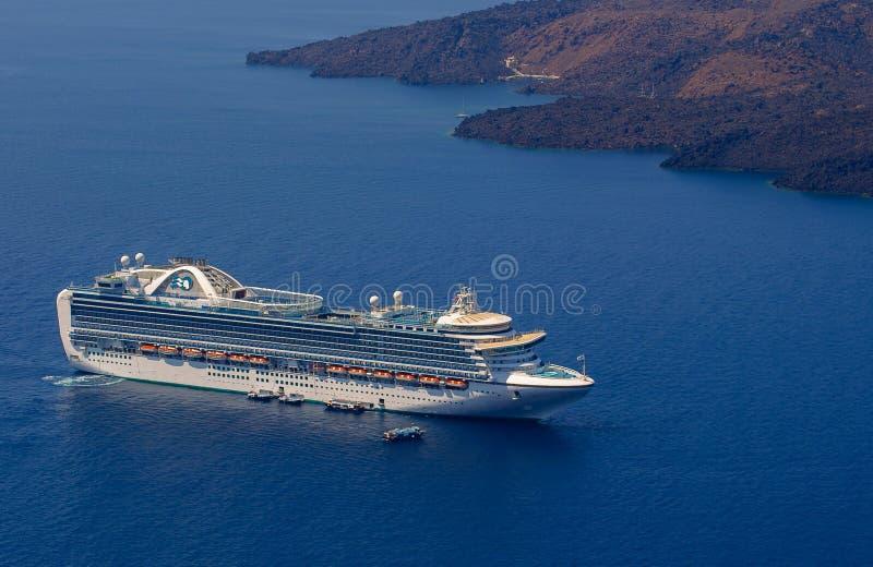 Cruiseschip dichtbij Santorini-eiland, Griekenland royalty-vrije stock foto's