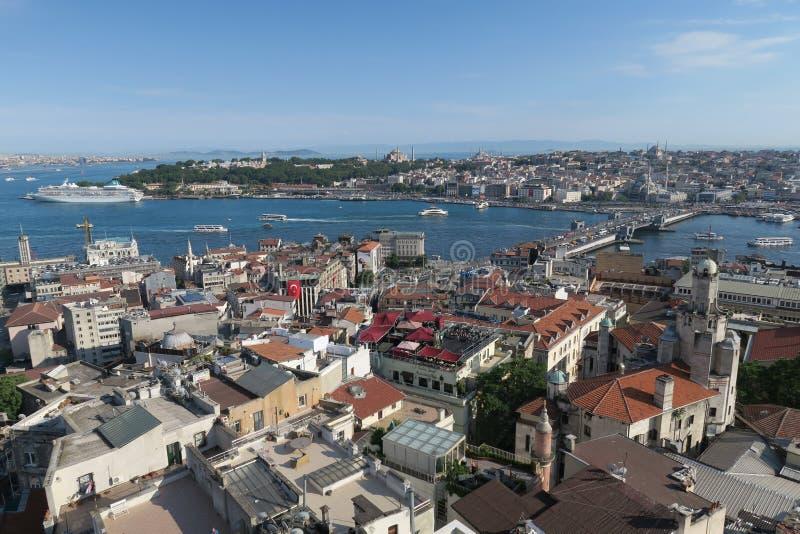 Cruiseschip dichtbij Topkapi-Paleis bij de Gouden Hoorn - Bosporus - in Istanboel, Turkije stock foto's