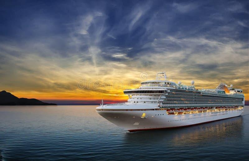 Cruiseschip die aan haven varen stock afbeelding